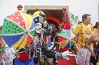 RECIFE, PE, 01.03.2014 - CARNAVAL / RECIFE / GALO DA MADRUGADA - <br /> Folioes durante café da manhã e concentração do Galo da Madrugada, maior bloco de carnaval do mundo, no centro de Recife, na manhã deste sábado (01). (Foto: William Volcov / Brazil Photo Press).