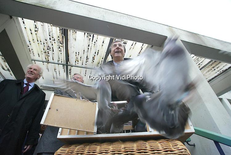 LN1, week 16..Foto: VidiPhoto..BEEKBERGEN - Demissionair minister mr. L. J. Brinkhorst van LNV heeft woensdag op Parc Spenderholt in Beekbergen een kooi met duiven de vrijheid gegeven. De duiven symboliseren de (verstandelijk) gehandicapte leerlingen van Spenderholt, die straks hun weg moeten vinden binnen de samenleving. Eén van de opleidingen op Spenderholt is dierverzorging. Tot voor kort zat daar het Praktijk en Pluimveeonderzoek van LNV. Het ministerie laat de Stichting Parc Spenderholt gratis gebruik maken van de gebouwen.
