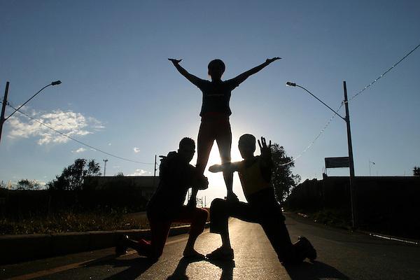 Nova Lima_MG, Brasil...Projeto Fred em Nova Lima. Na foto, silhueta de adolescentes fazendo street dance...The Fred project in Nova Lima. In this photo, the silhouette of teenagers doing street dance...Foto: BRUNO MAGALHAES / NITRO