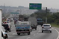 SAO PAULO, SP, 08-02-2013, ESTRADAS. O movimento de carros na Rodovia Ayrton Senna e alto na manha dessa Sexta-feira (8) vespera de feriado de Carnaval. A previsao e que apos as 14 hs da tarde de hoje, o fluxo de veiculos aumente consideravelmente. Luiz Guarnieri/ Brazil Photo Press.
