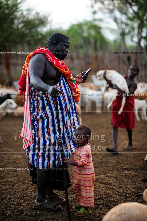 TANZANIA, Korogwe, Massai in Kwalukonge village, Massai chief with mobile phone / TANSANIA, Korogwe, Massai im Dorf Kwalukonge, Massai chief SOGOLO BATIMAYO LAZARO mit Mobiltelefon