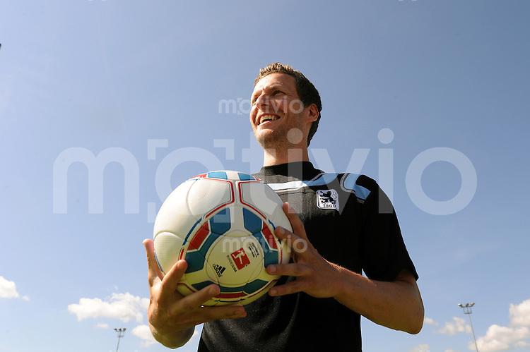 2. Fussball Bundesliga:  Saison   2011/2012 TSV 1860 Muenchen praesentiert den Trikotsponsor Uhlsport 15.06.2011 Benjamin Lauth (1860 Muenchen)