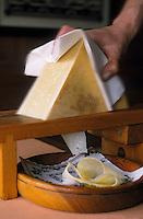 """Europe/Suisse/Pays d'Enhaut/Rougemont: Restaurant du Cerf - Service au rabot des """"rebibes"""" de gruyère de montagne du pays de la Sarine"""