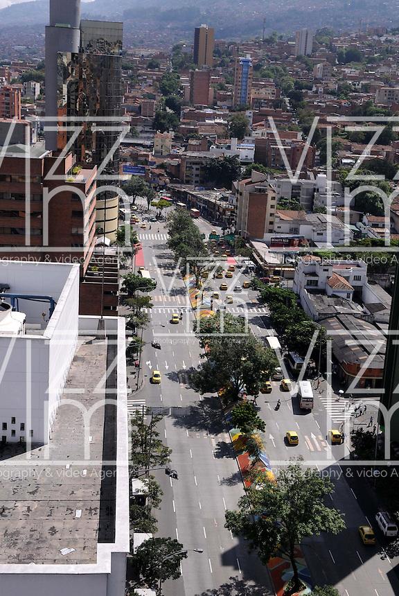 MEDELLIN - COLOMBIA - 22- 04- 2013: Panoramica del Dia sin Carro en la ciudad de Medellín, departamento de Antioquia, Colombia, abril 22 de 2013. En Medellin y toda el área metropolitana se realiza hoy una jornada mas del Dia sin Carro, La medida rige entre las 7:00 a.m. y las 6:00 p.m. y prohibe la circulación de vehículos particulares con menos de tres pasajeros, esta medida no rige para vehículos de emergencia, de las Fuerzas Armadas y policiales, el transporte escolar y los autos que funcionen con gas o con energía. (Foto: VizzorImage / Luis Rios / Str.) Panoramic view during a Day without Car, in Medellin, Antioquia department, Colombia, April 22, 2013. In Medellin and the metropolitan area is made today a Day without Car, The measure applies between 7:00 am and 6:00 pm and prohibits the circulation of private cars with fewer than three passengers, this measure does not apply for emergency vehicles, the armed forces and police, school buses and cars that run on gas or energy. (Photo: VizzorImage / Luis Rios / Str)..