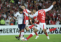 BOGOTA - COLOMBIA - 02-04-2013: Carlos Valdez (Der.) y Francisco Meza de Independiente Santa Fe de Colombia, disputa el balón con Oscar Romero (Izq.) de Cerro Porteño del Paraguay, durante partido en el estadio Nemesio Camacho El Campín de la ciudad de Bogotá, partido por el grupo 6 de la Copa Bridgestone Libertadores 2013, abril 2 de 2013.  (Foto: VizzorImage / Luis Ramírez / Staff).  Carlos Valdez (R) and Francisco Meza of Independiente Santa Fe from Colombia fights for the ball with Oscar Romero (L) of Cerro Porteño from Paraguay  during a match for the group 6 of the Copa Bridgestone Libertadores 2013,  at Nemesio Camacho El Campin Stadium in Bogota city, on April 2, 2013, (Photo: VizzorImage / Luis Ramirez / Staff)