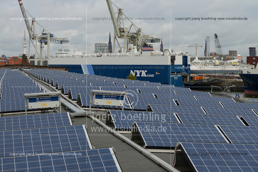 GERMANY, Hamburg, solar panel on roof of store-house in harbour / DEUTSCHLAND, Hamburg, Solarmodule des staedtischen Energieversorger Hamburg Energie auf einem Kaischuppen im Hafen
