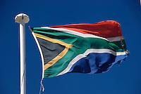 Suedafrika: AFRIKA, SUEDAFRIKA, 18.12.2007: Flagge der Republik Suedafrika , Afrika, Suedafrika, Orange Free State, Gariepdam, Fahne, fahnen, Flagge, Flaggen, Symbol, suedafrikanische, Nationalfahne, Nationalflagge, wehen, Mast, wehend, windig, Himmel, blau, blauer, Fahnenmast # africa, blue, bluer, breezy, contractions, drafty, ensign, ensigns, fattening, flag, flagpole, flags, flagstaff, heaven, mast, national flag, pylon, sky, south africa, symbol, tag, windily, windy, Aufwind-Luftbilder