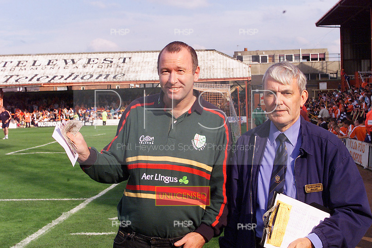 23/09/2000 Football League Division 3 Blackpool v Chesterfield<br /> <br /> 38197 Golden gamble<br /> <br /> &copy; Phill Heywood