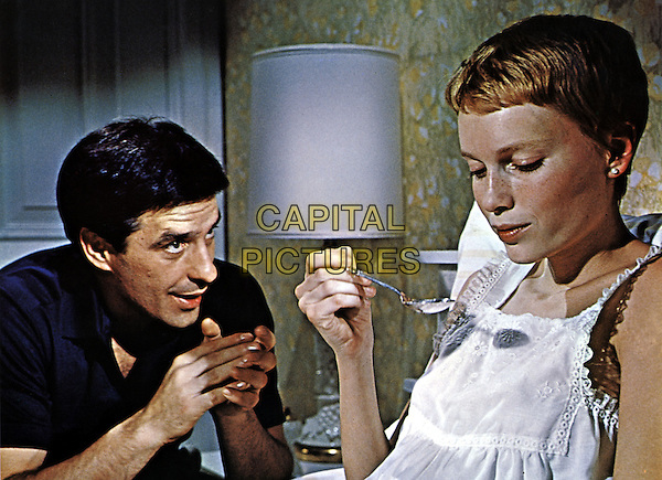 JOHN CASSAVETES & MIA FARROW.in Rosemary's Baby (1968).*Filmstill - Editorial Use Only*.CAP/STF/PEL.Supplied by Capital Pictures.
