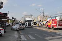 CAMPINAS, SP 04.10.2018-ACIDENTE-Caminhão arranca fios de poste na tarde desta quinta-feira (4) na Avenida Ruy Rodriguez, no jardim Novo Campos Eliseos, na cidade de Campinbas (SP), um trecho da avenida ficou interditada para o transito de veiculos e sem energia no comercio. (Foto: Denny Cesare/Codigo19)