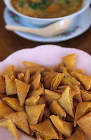 """Asie/Birmanie/Myanmar/Plateau Shan/Nyaungshwe: Lac Inle - """"Double Fry Tofu"""" frites de tofu et """"In Mont Ti"""" soupe traditionnelle du lac - Recette de la """"Guest House Teak Wood"""""""