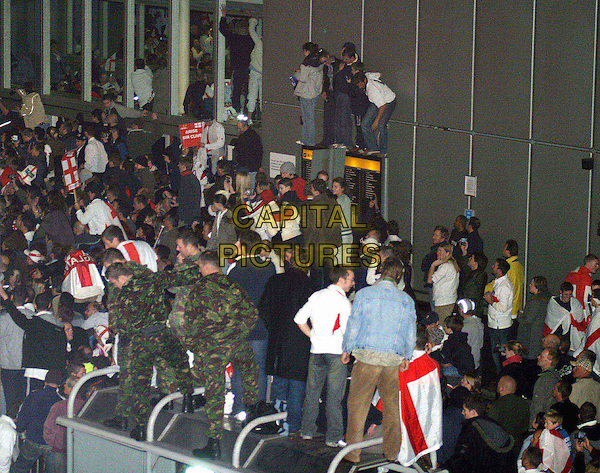 ENGLAND RUGBY UNION TEAM.returning home for the Rugby World Cup 2003 in Australia.crowd, fans, airport.www.capitalpictures.com.sales@capitalpictures.com.© Capital Pictures.