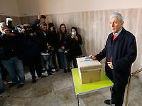 Elezioni primarie del PD  per scegliere  il candidato indaco di Napoli.<br /> nella foto Antonio Bassolino durante il voto