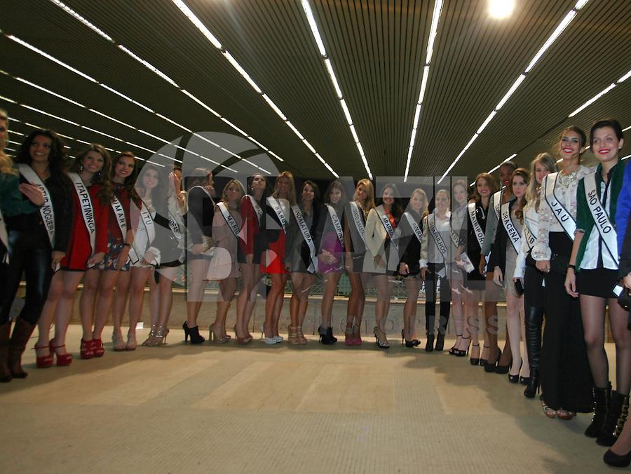 SAO PAULO, 06 DE AGOSTO DE 2012. CONCURSO MISS SAO PAULO. As candidatas a miss São Paulo durante páreo no Jockey Club de São Paulo na noite desta segunda feira. FOTO: ADRIANA SPACA - BRAZIL PHOTO PRESS