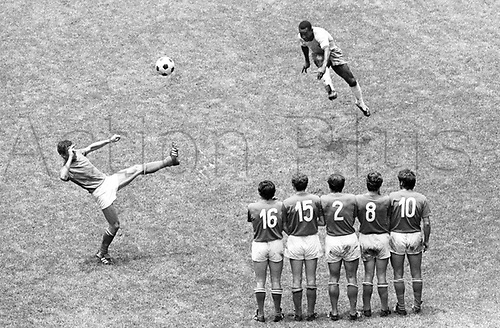 21.06.1970. Mexico City.   World Cup Final, 1970 in Mexico City - Brasil versus Italy ended 4:1. Pele (Brasil)  Pele Brazil scores from this Free kick