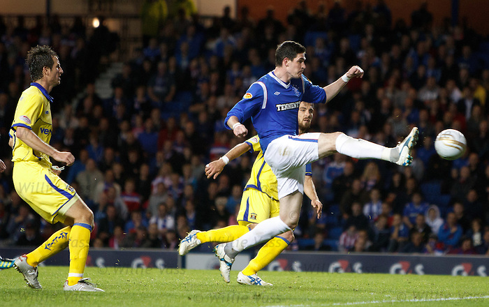 Kyle Lafferty misses a sitter