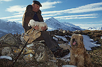 Europe/France/Midi-Pyrénées/65/Hautes-Pyrénées/Vallée d'Azun/Aucun : Monsieur Bunes, berger posant avec son chien de berger et un agneau [Non destiné à un usage publicitaire - Not intended for an advertising use]<br /> PHOTO D'ARCHIVES // ARCHIVAL IMAGES<br /> FRANCE 1980