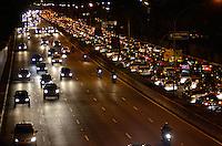SAO PAULO, SP, 19 DE JULHO DE 2013 – TRÂNSITO EM SÃO PAULO: Trânsito bom sentido Interlagos na Av. 23 de Maio, próximo ao Parque do Ibirapuera, zona sul de São Paulo na tarde desta sexta feira (19). FOTO: LEVI BIANCO - BRAZIL PHOTO PRESS.