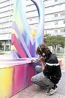 """SAO PAULO, SP, 26 DE JANEIRO 2013 - GRAFITEIRO RENOVA MONUMENTO NA PAULISTA - O Artista Plastico """"Nove"""" renovou o monumento em forma de lampada na praça que fica na Avenida Paulista com a Rua da Consolação, o grafiteiro informou que ja fazem 10 anos que ele pinta o monumento abandonado pelo poder público.(FOTO: PADUARDO / BRAZIL PHOTO PRESS)."""