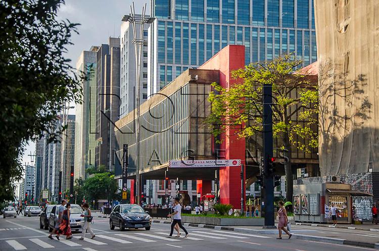 Pedestres  atravessando na faixa. Museu de Arte de São Paulo Assis Chateaubriand na Avenida Paulista, São Paulo - SP, 01/2014.