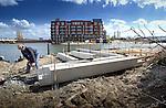 In Utrecht werkt een medewerker van Scholtens Bouw aan de rand van het voormalig Veilinghaven-gebied aan een havenloods voor de historische haven. Op dit ongeveer achttien hectare grote gebied verrijzen de komende jaar zo'n 950 woningen waaronder een door Florie en van den Heuvel gebouwd appartementencomplex, waarbij de gemeente dit oude bedrijventerrein weer nieuw leven inblaast. Om de sfeer van authenciteit te versterken is in het project Parkhaven een oude havenkraan blijven staan en zullen er ondermeer enige atelierruimtes gebouwd worden in verbouwde stalen grindtrechters.