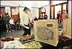 Natale ai bagni, festeggiamenti prenatalizi ai Bagni Pubblici di via Agliè. Qui l'artista di strada Giovanni Fiore in arte Giò si esibisce davanti a mamme e bambini. Dic 2012.