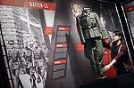 Foto: VidiPhoto<br /> <br /> GROESBEEK &ndash; Medewerkers van het Nationaal Bevrijdingsmuseum in Groesbeek leggen maandag de laatste hand aan de expositie &ldquo;De SS, veelzijdig extremisme&rdquo; die dinsdag officieel wordt geopend. De SS was tijdens de Tweede Wereldoorlog verantwoordelijk voor het vermoorden van 6 miljoen joden. Het Centrum Informatie en Documentatie Isra&euml;l (CIDI) heeft stevige kritiek op de tenstoonstelling omdat het Bevrijdingsmuseum spreekt van &ldquo;de andere kant van de SS&rdquo; en &ldquo;de Waffen-SS was een van de meest multiculturele organisaties ter wereld.&rdquo; Daarmee zou gesuggereerd worden dat er ook een niet zo erge kant aan de SS is. Het museum noemt de kritiek flauwekul. &ldquo;Dat de SS multicultureel was doordat de soldaten uit meer dan 30 landen afkomstig waren, is geen waardeoordeel, maar een droge constatering. Weinig mensen weten weten dat de SS ook fabrieken hadden waar porcelein werd gemaakt of dat ze hun rassenleer probeerden te onderbouwen met archeologische expedities. De expositie toont bijzondere topstukken, die in bruikleen zijn van Nederlandse en Duitse musea. Woordvoerder drs. Jory Brentjens van het museum is niet bang dat de expositie ook &lsquo;foute&rsquo; bezoekers aantrekt. &ldquo;Iedereen is van harte welkom, mits ze zich gedragen. Als er bijvoorbeeld de Hitlergroet wordt gebracht, dan grijpen we in.&rdquo; De tentoonstelling is te zien tot en met 15 april 2018.