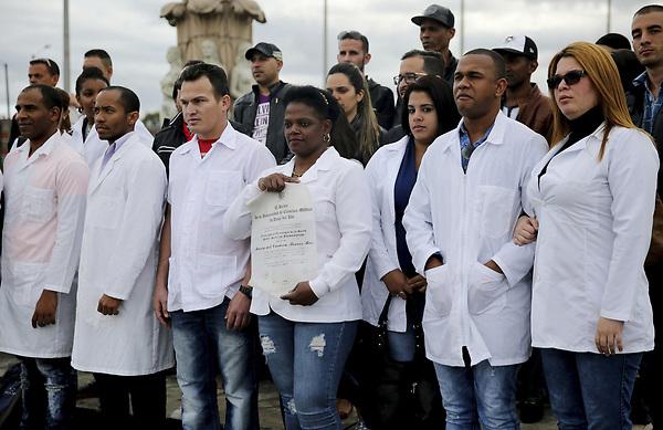 GRA031 Bogotá (Colombia).- 16/06/2017.- Fotografía del 16 de abril de 2017 de un grupo de médicos cubanos reunidos en la Plaza de Banderas al sur de Bogotá (Colombia). Alrededor de 180 cubanos, que formaban parte de las misiones médicas que ese país tiene en Venezuela, aguardan en la capital colombiana adonde llegaron tras desertar en el vecino país con la esperanza de que EE.UU. les conceda una visa. MINDS/EFE/Leonardo Muñoz