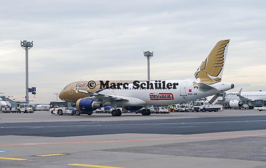 Gulf Air Maschine wird von einem Flugzeugschlepper gezogen am Frankfurter Flughafen - Frankfurt 16.10.2019: Eichwaldschuele Schaafheim am Frankfurter Flughafen