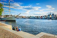 Tre kvinnor har picknick vid Chapman på Skeppsholmen i Stockholm.