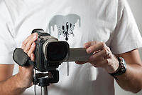 Belo Horizonte_MG, Brasil...Homem segurando uma camera de video...A man holding a video camera...Foto: BRUNO MAGALHAES / NITRO