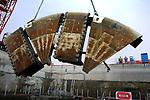 HAZERSWOUDE-DORP - In Hazerswoude-Dorp wordt na twee jaar boren, het snijrad van 's wereld grootste tunnelboormachine van de Frans-Nederlandse bouwcombinatie Bouygues - Koop in delen uit de grond getakeld. De vijftien meter brede Aurora bereikte na een zeven kilometer lange boortocht, in december het eindpunt, en wordt de komende maanden in segmenten uit elkaar gehaald voor hergebruik later door China. Nederlands langste geboorde spoortunnel maakt gebruikt van slechts één tunnelbuis, omdat een betonnen scheidingswand de tunnel in tweeën splitst. De tunnelbuis is opgebouwd uit 35.000 tunnelelementen van ruim 14 ton per stuk, die per schip zijn aangevoerd vanuit het Belgische Amay. COPYRIGHT TON BORSBOOM