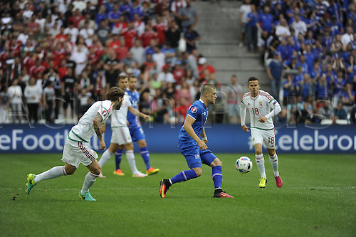 18.06.2016, Stade Velodrome, Marseille, FRA, UEFA European football Championships Group F. Iceland versus Hungary.  Gudmundsson (ice) covered by Stieber (hun)
