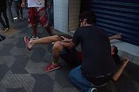 SAO PAULO, SP, 07.09.2013 - Dois manifestantes foram atropelados por um carro, um dos rapazes quebrou o tornozelo e foi socorrido por amigos. Manifestantes entram em conflonto com policiais. Manifestação na tarde deste sabado(07), na Av. Paulista em São Paulo marca o sete de setembro. (Foto: Amauri Nehn / Brazil Photo Press).