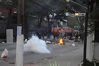 SÃO PAULO-SP-20,08,2014-ESTUDANTES E FUNCIONÁRIOS USP/CONFRONTO/TRANCASSO- Os Alunos e funcionários em greve durante confronto com o 4°Batalhão do Choque no começo dessa manhã,na Rua Alvarenga e Vital Brasil;Ruas próximas à Universidade de São Paulo,região oeste da cidade de São Paulo,nessa quarta,20(Foto:Kevin David/Brazil Photo Press)