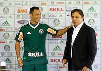 O jogador Daniel Carvalho(e) eo presidente do Palmeiras Arnaldo Tirone no CT da Barra Funda,na zona oeste de Sao Paulo, na manha desta terça-feira 10.FOTO ALE VIANNA - NEWS FREE.