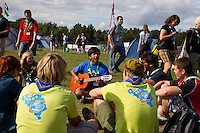 French scouts singing in Spring town. Photo: Magnus Fröderberg/Scouterna