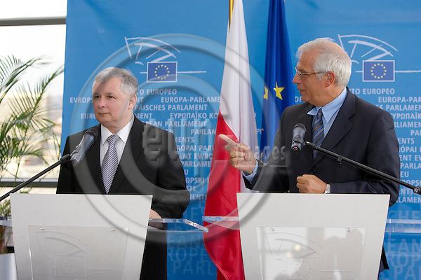 BRUSSELS - BELGIUM - 30 AUGUST 2006 -- Polish Prime Minister Jaroslaw Kaczynski, (R) shakes hands with Spanish Josep Borrell, Chairman of the European Parliament prior to a bilateral meeting. -- PHOTO: THIERRY MONASSE / EUP-IMAGES