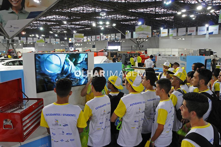 Estudantes visitando a Worldskills, feira e olimpiada internacional de profissoes. Parque Anhembi. Sao Paulo. 2015. Foto de Marcia Minillo.