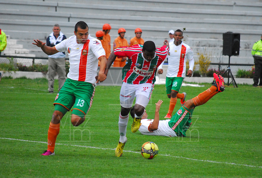TUNJA -COLOMBIA. 26-05-2013. Juan Escobar (Der) de Patriotas FC disputa el balón con Andres Cadavid (Izq) del Envigado durante partido de la fecha 17 Liga Postobón 2013-1./ Juan Escobar (R) of Patriotas FC fights for the ball with Andres Cadavid (L) of Envigado during match of the 17th date of Postobon  League 2013-1. (Photo: VizzorImage/José Palencia/Staff).