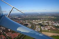 Leitwerk: EUROPA, DEUTSCHLAND, HAMBURG 16.10.2005: Segelflugzeug, ASH 26 E, Blick im Flug auf das Leitwerk nach hinten, im Hintergrund ein Flugzeug ueber Lueneburg,