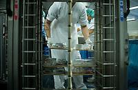 Berlin, Mitarbeiter des Vivantes Versorgungszentrums r&auml;umt am Donnerstag (02.05.13) an einem Fliessband benutze Tabletts von Patienten ab.<br /> Foto: Steffi Loos/CommonLens