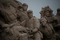Sculpture monumentale flanquant le mausolée de Mao, évoquant les héros de la révolution communiste.