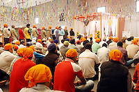 COMUNITA' SIKH NELLA FOTO SIKH DURANTE LA PREGHIERA GENTE BORGO SAN GIACOMO 06/05/2007 FOTO MATTEO BIATTA<br /> <br /> SIKH COMMUNITY IN THE PICTURE SIKH DURING THE PRAYER PEOPLE BORGO SAN GIACOMO 06/05/2007 PHOTO BY MATTEO BIATTA