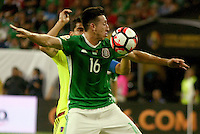 HOUSTON - UNITED STATES, 13-06-2016: Hector Herrera (Adelante) jugador de Mexico (MEX) disputa el balón con Tomas Rincon (Atrás) jugador de Venezuela (VEN) durante partido del grupo C fecha 3 por la Copa América Centenario USA 2016 jugado en el estadio NRG en Houston, Texas, USA. /  Hector Herrera (Front) player of Mexico (MEX) fights the ball with Tomas Rincon (Back) player of Venezuela (VEN) during match of the group A date 3 for the Copa América Centenario USA 2016 played at NRG stadium in Houston, Texas ,USA. Photo: VizzorImage/ Luis Alvarez /Str