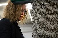 L'artista sceglie i tessuti per i suoi prossimi lavori<br /> Artist choosing materials Portrait of the artist