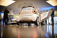 """Ein Elektro Auto der Firma Smart steht am Montag (27.05.13) in Berlin waehrend einer Internationalen Konferenz"""" Elektromobilität bewegt"""" in einer Halle. Foto: Timur Emek/CommonLens"""