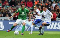 FUSSBALL   1. BUNDESLIGA   SAISON 2011/2012   34. SPIELTAG SV Werder Bremen - FC Schalke 04                       05.05.2012 Claudio Pizarro (li, SV Werder Bremen) gegen Christoph Moritz (re, FC Schalke 04)