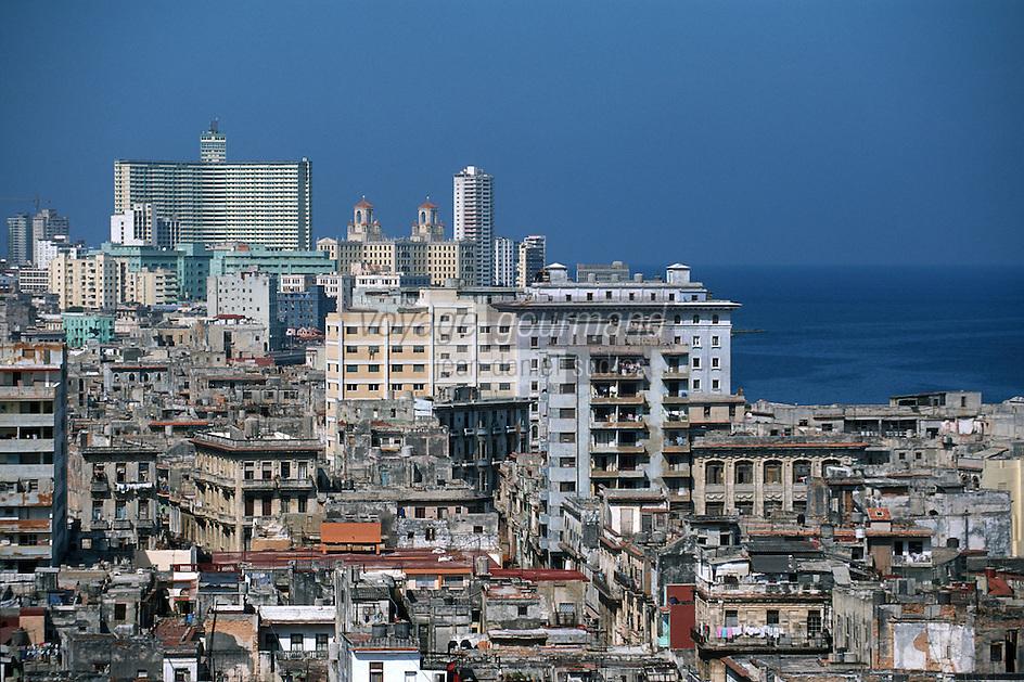 """Amérique Centrale/Cuba/La Havane: vue vers l'ouest sur la ville avec les tours de l'hôtel Nacional depuis le restaurant panoramique de l'hôtel """"Sévilla"""" Trocadéro n°56 Prado - Architecture mêlant l'ancien et le moderne"""
