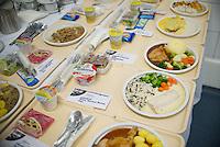 Berlin, Beispiel-Tabletts mit warmen Speisen stehen am Donnerstag (02.05.13) im Vivantes Versorgungszentrum.<br /> Foto: Steffi Loos/CommonLens